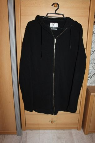 Czarna dłuższa bluza z kapturem zapinana na suwak