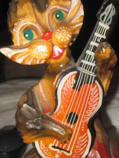 Интерьерная деревянная резная фигурка зайца с гитарой