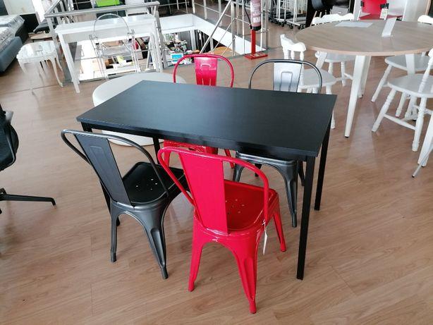 Mesa com 4 cadeiras metálicas novas.