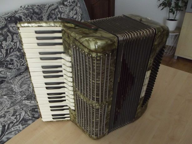 Akordeon Royal Standard 4 chóry, 120 bas