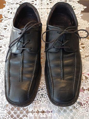 Sapatos de pele preta com cordões