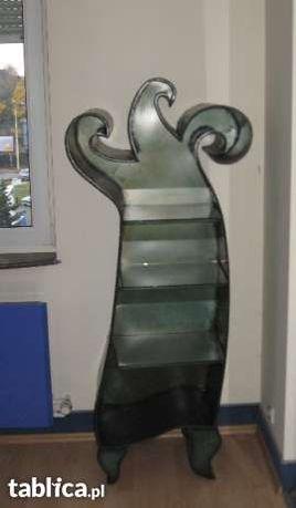 Metalowy regał ze szklanymi półkami spawany artystycznie - w prawo