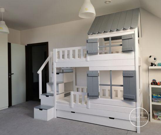 Łóżko piętrowe domek z dachem i schodkami