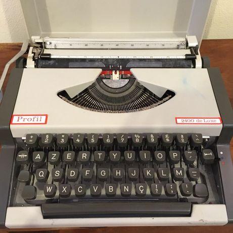 Máquina de escrever com pouco uso