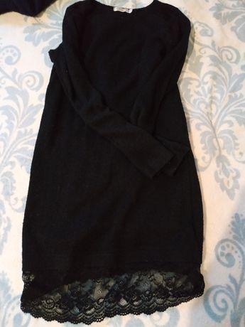 Чёрное вязаное платье с кружевом внизу