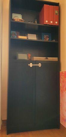 Armário  com portas e prateleiras