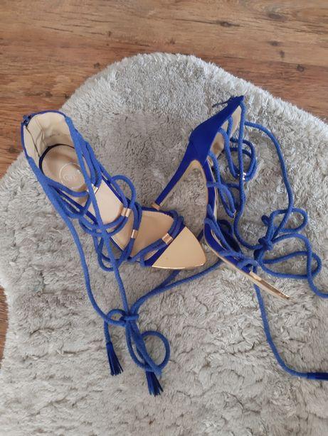 Niebieskie sandalki na szpilce