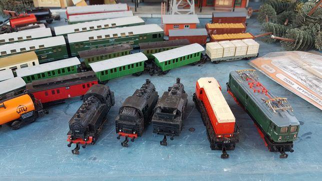 Kolejka typu TT-zestaw pociągów, lokomotyw,domków,drzew, torów metal.