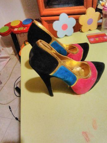 Duas botinhas n 23 de criança e dois  pares de sapato senhora