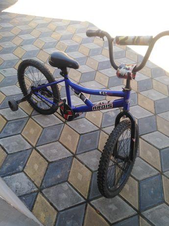 Велосипед з допоміжними колесами, які відчіплюються