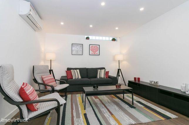 Moradia totalmente remodelada, com 4 quartos, localizada em Alvalade