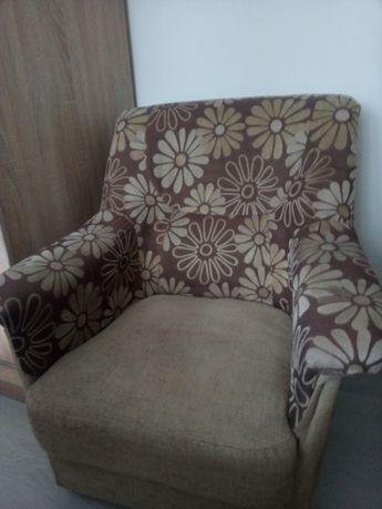 Fotel zadbany brazowy w kwiaty