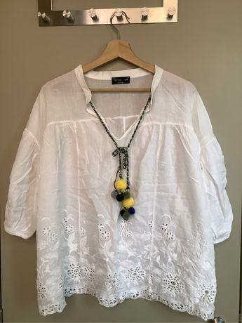 Blusa branca com bordado ingles e ponpons
