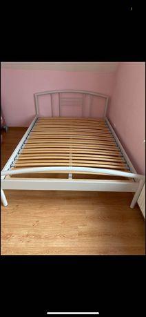 Łóżko z materacem i stelażem