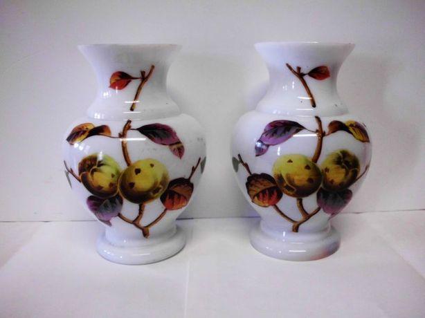 2 lindas antigas jarras em vidro opalino pintados a mão