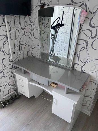 Туалетный столик с зеркалом (трюмо)