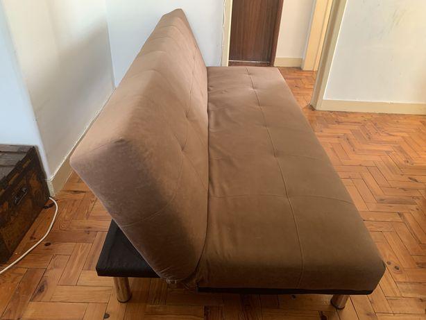 Sofá com costas reclináveis e formato cama