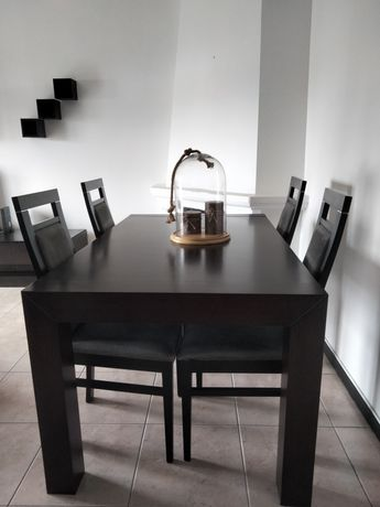 Mesa extensível e quatro cadeiras