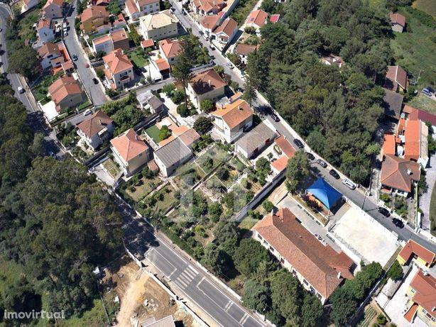 Terreno de 1090 m2 com uma pequena Moradia em Albarraque
