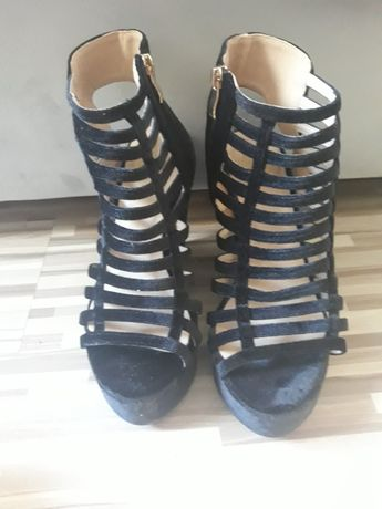 Czarme sandały koturny