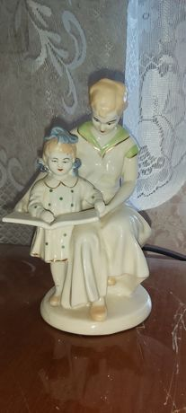 Винтажная статуэтка мать с ребёнком читают книгу