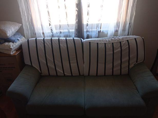 Sofá verde espacoso