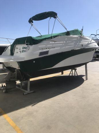 Barco de recreio pronto a navegar