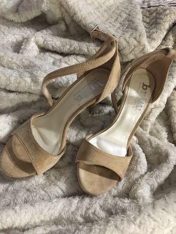 Sandały szpilki pasek beżowe