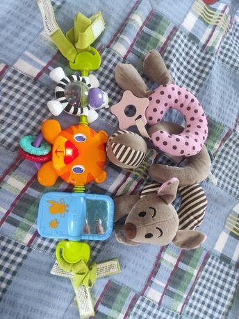 Zabawki do wózka lub łóżeczka