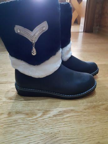 Нові зимові чобітки для дівчинки