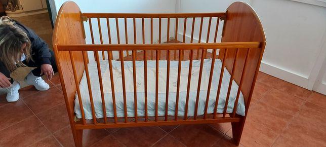 Cama para bebé com colchão e resguardo