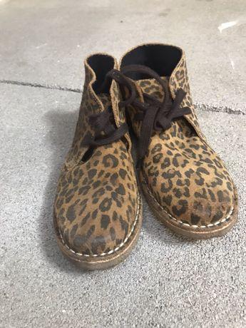Buty na płaskim wiązane