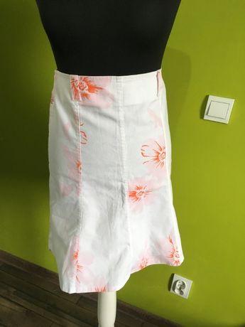 Biała spódnica w różowe kwiaty
