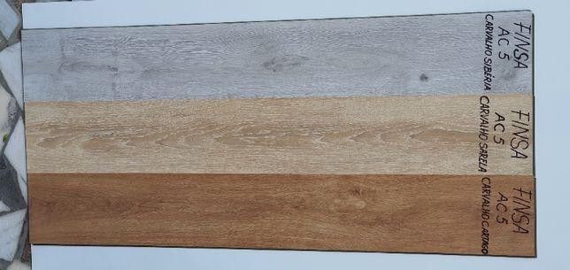 Piso flutuante vinílico de 5 mm indicado para pavimentos húmidos.