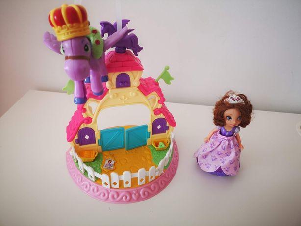 Princesa Sofia e estábulo com ponei