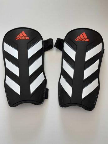 Piłkarskie Ochraniacze na piszczele marki Adidas, rozmiar S