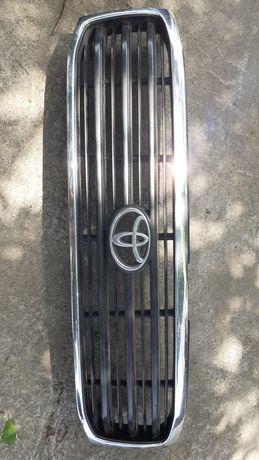 Решётка радиатора и левый передний поворотник