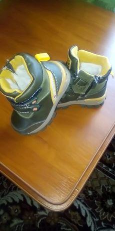Продається взуття зимове для хлопчика майже нове тільки один раз  взут