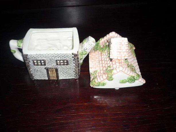 Bule em porcelana Inglesa by Leonardo formato de casa
