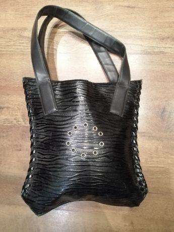 Czarna wyróżniająca się torebka, piękna