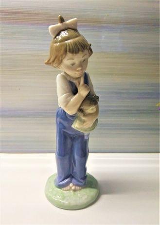 Фарфоровая статуэтка Девочка с куклой. Nao Lladro.