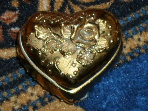 Фарфоровая шкатулка в виде сердца с розой.