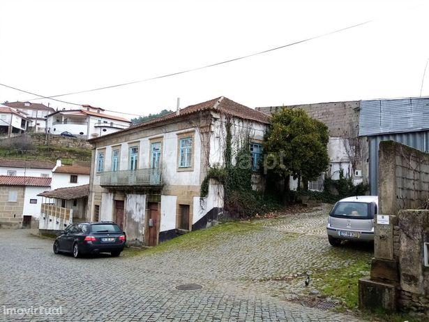 Terreno com ruina - Sanfins do Douro