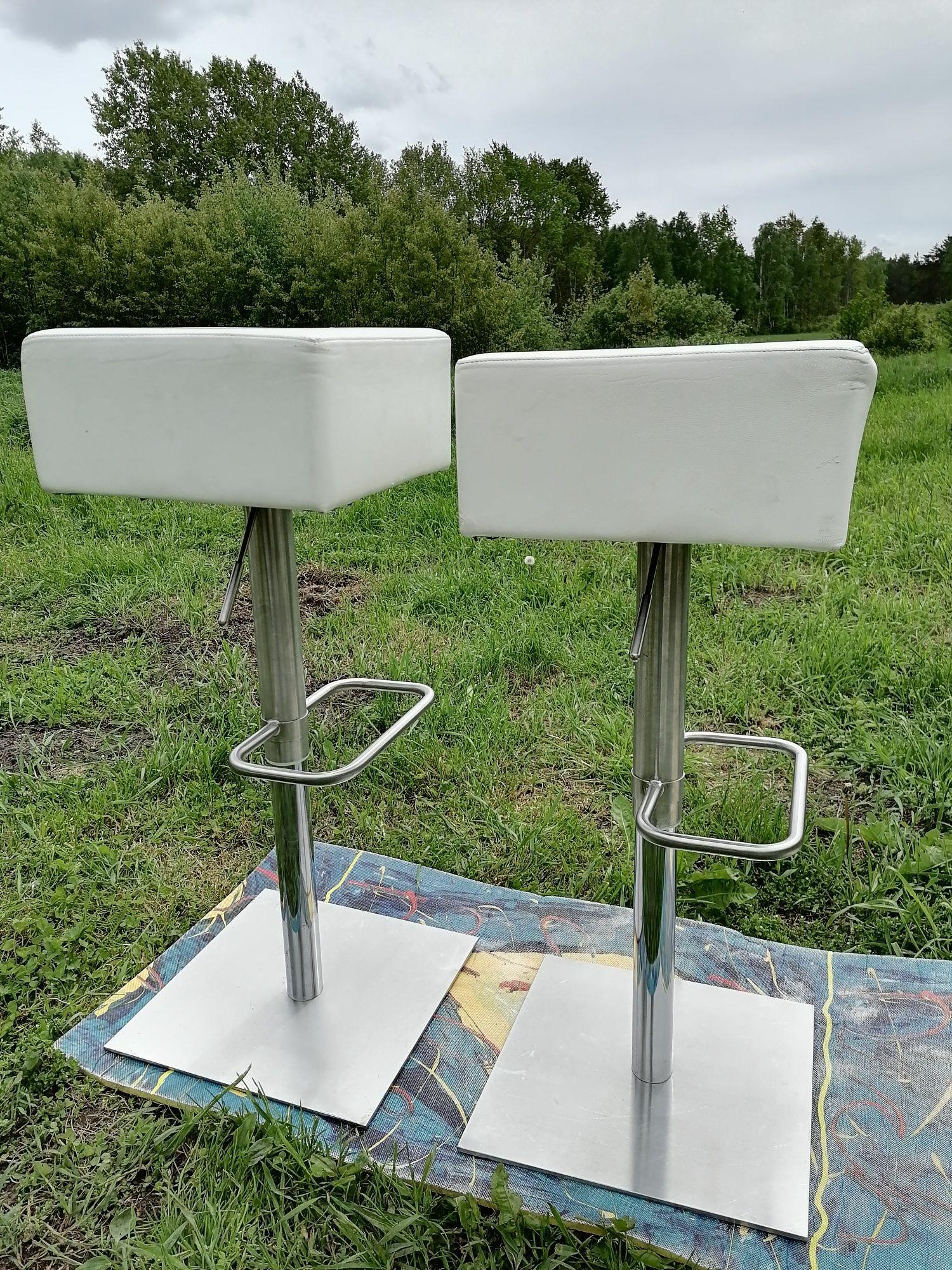 Dwa białe hokery krzesła barowe chromowane