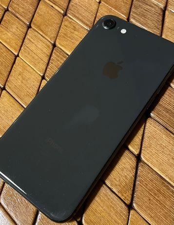 Męski czarno-antracytowy iPhone 8 z karbonowym case Spigen