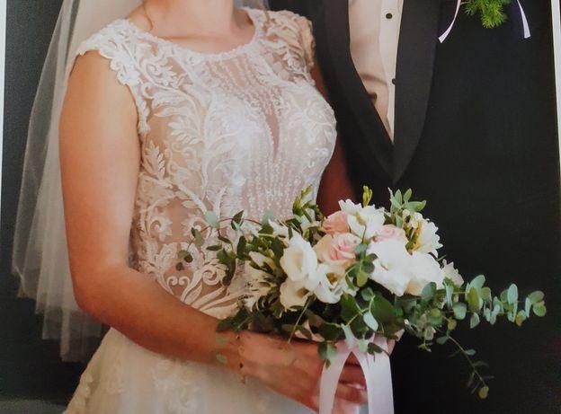 Suknia ślubna z kołem i welonem