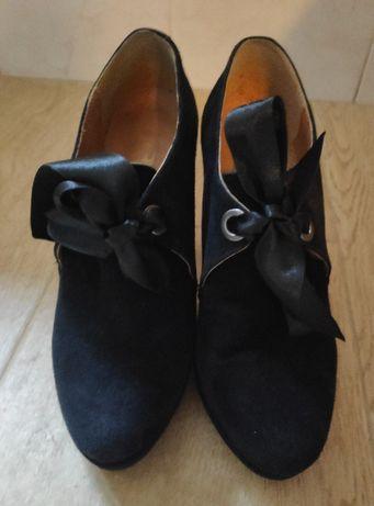 Sapatos Pretos de plataforma e laçinhos