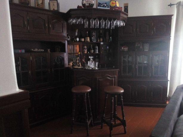Móvel de bar antigo com 2 bancos