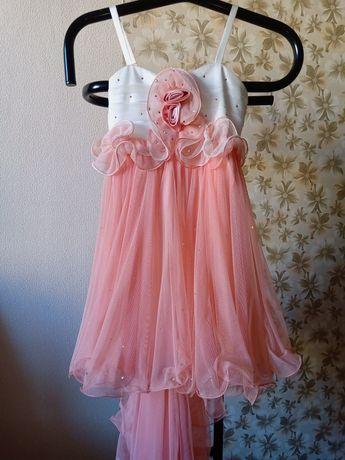 Нарядное,красивое,выпускное платье со шлейфом и стразами, на 7-9 лет.