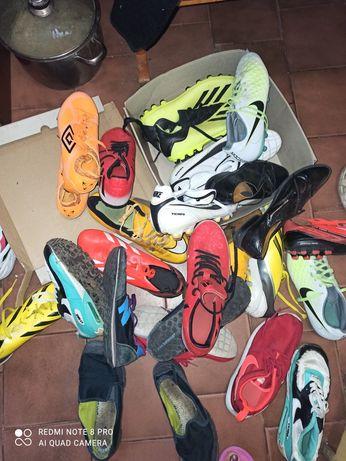 Buty korki w różnych rozmiarach.